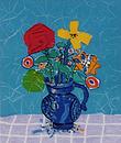 青い背景の赤いバラと黄の花束